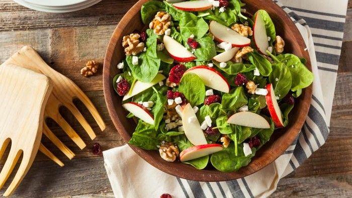 Hii! Sering Makan Salad, Wanita Ini BAB Bangkai Cacing