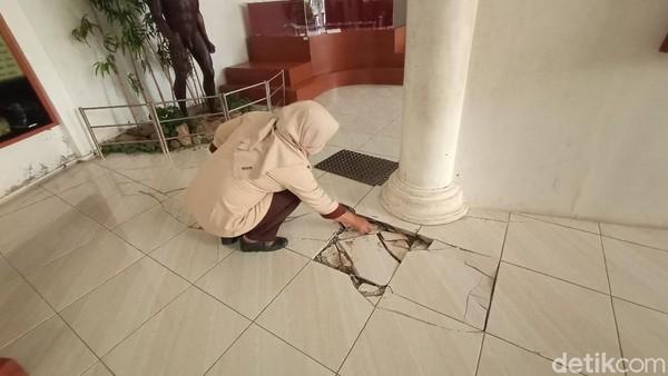 Kepala UPT Museum dan Taman Budaya Dinas Kebudayaan dan Pariwisata Kudus, Yusron mengakui kondisi gedung memang mengalami beberapa kerusakan. Menurutnya saat ini pemerintah minim sekali untuk pembangunan gedung. (Dian Utoro Aji/detikTravel)