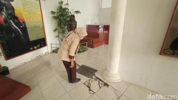 Dari pantauan detikTravel di lokasi, Rabu (9/3/2021), lantai museum terlihat pun mengalami retak dan rusak. Padahal museum ini menyimpan ribuan fosil di kawasan Patiayam. (Dian Utoro Aji/detikTravel)