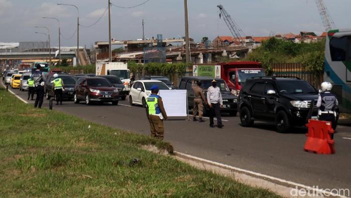 Pascainsiden kecelakaan bus masuk jurang di Sumedang, Polresta Bandung melakukan penyekataan kendaraan di Tol Cileunyi demi mencegah lakalantas.
