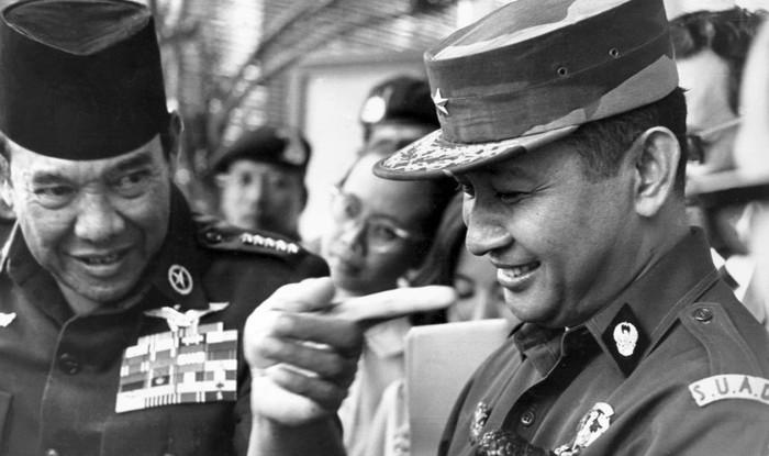 Presiden Sukarno dan Suharto (AFP Photo/PANASIA-FILES)