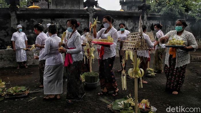 Sejumlah umt Hindu di kawasan Cilincing, Jakarta Utara, menggelar ritual Melasti. Upacara ini merupakan rangkaian kegiatan menyambut Nyepi.