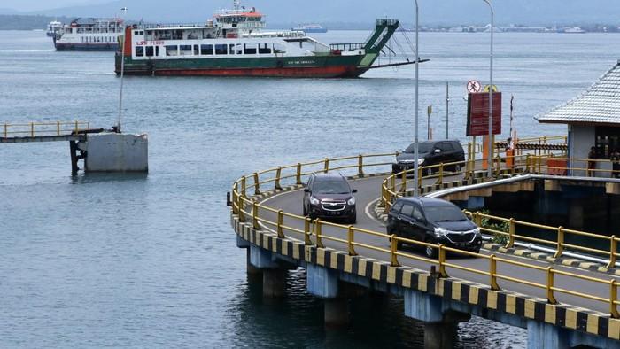 Kendaraan keluar dari kapal melintas di dermaga Pelabuhan Ketapang, Banyuwangi, Jawa Timur, Jumat (12/3/2021). PT Asdp Ketapang akan melakukan penutupan aktivitas penyeberangan dimulai pada 14 Maret pukul 00.00 WIB dan dibuka kembali pada 15 Maret pukul 05.00 WIB untuk menghormati umat Hindu di Bali yang merayakan Hari Raya Nyepi Caka 1943. ANTARA FOTO/Budi Candra Setya/foc.