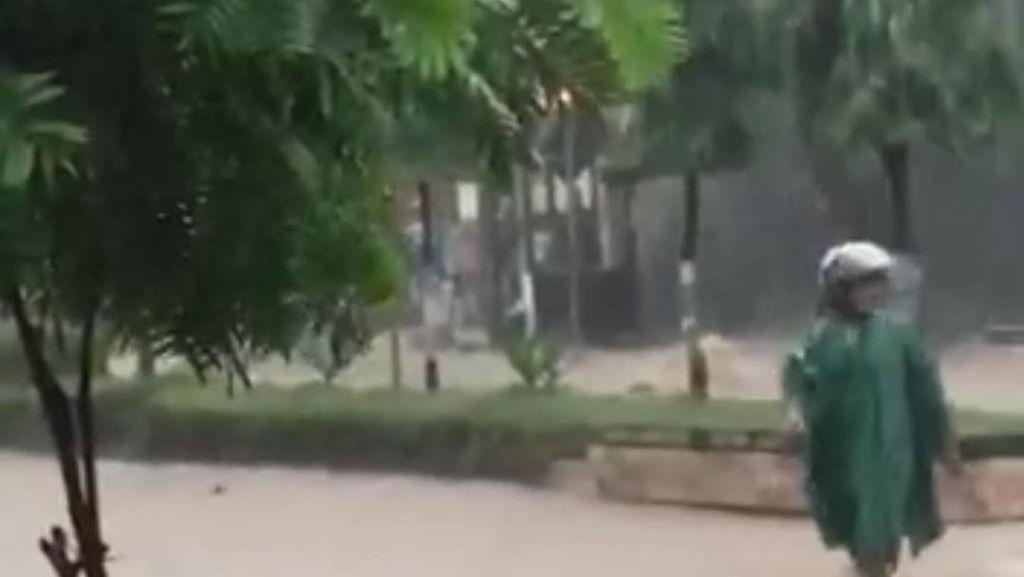 Penampakan Banjir di Magetan yang Bikin 3 Motor Terseret