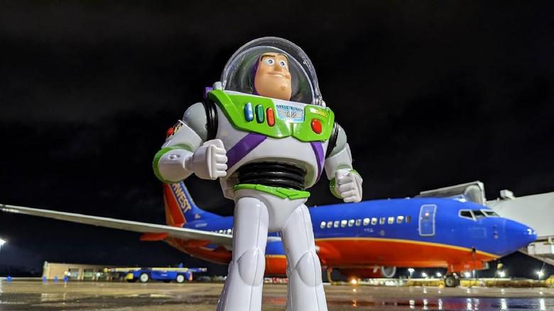 Jika ada barang tertinggal di pesawat, biasanya penumpang sudah ikhlas kalaupun tidak kembali. Tapi berbeda di Amerika Serikat, di mana mainan anak yang tertinggal di pesawat Southwest Airlines berhasil kembali ke tangan pemiliknya.
