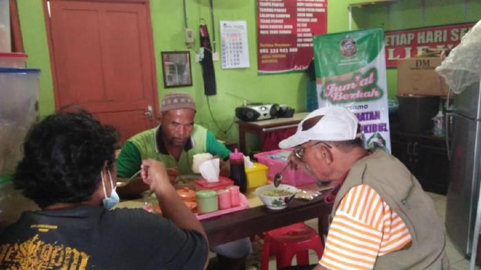 Camat di Blitar Bersedekah Sekaligus Memutar Roda Ekonomi Pedagang Makanan