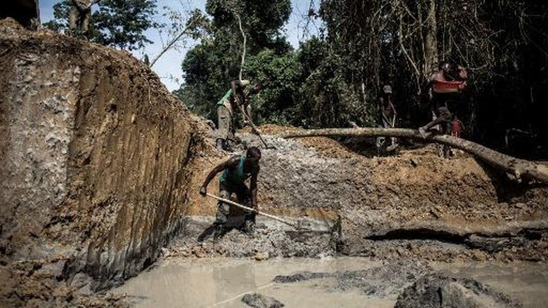Congolese artisanal miners are seen mining for gold in the Togo-Kazaroho area on July 11, 2018 in Ituri Province. The Togo-Kazaroho Gold Mining site lies deep within the Ituri Forest. Miners will stay out in the forest for up to a week, by the end of the week the will usually have mined about Six grams of gold. The gold gets sold to traders in the near by town of Mambasa, from there it will either head legally to the town of Bunia or Illegally over the borders in Uganda. (Photo by John WESSELS / AFP)
