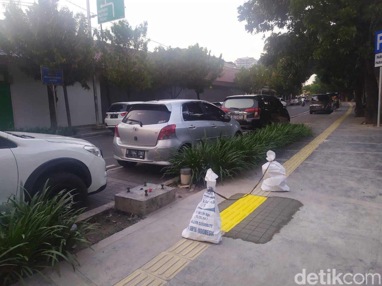 Guiding block yang semula nabrak tiang, kini sudah diperbaiki. Kondisi di Jl Veteran I, Jakpus, 12 Maret 2021. (Luqman Nurhadi Arunanta/detikcom)