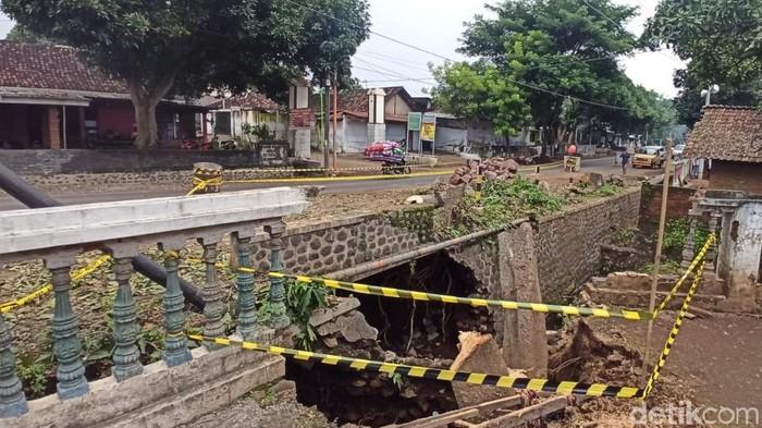 Balai Besar Pelaksanaan Jalan Nasional (BBPJN) Jatim mengecek jembatan di Desa Alasbuluh yang pondasinya ambrol. Untuk sementara, lokasi ambrolnya jembatan itu tak bisa dilalui kendaraan besar.
