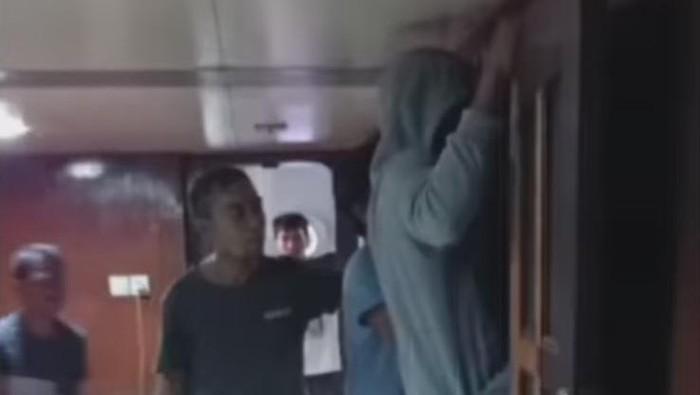 Kapten kapal dikeroyok massa karena diduga mencabuli mahasiswi yang magang menjadi ABK (Screenshot video viral)
