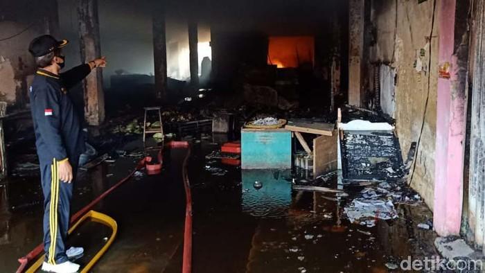 Kebakaran yang melanda Pasar Kota Banjarnegara hingga pagi ini belum berhasil dipadamkan. Api masih terlihat menyala di beberapa titik.