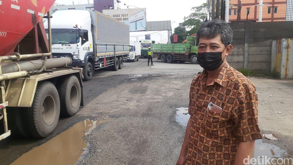 Kepala Subpelaksana Jalan dan Jembatan Wilayah Bekasi Dinas Bina Marga dan Penataan Ruang Jawa Barat (Jabar), Kankan Hidayat. (Afzal Nur Iman/detikcom)