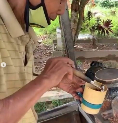 kisah kakek berusia 78 tahun di Banjarbaru, Kalimantan Selatan yang menjual kacang goreng di tengah kuburan.
