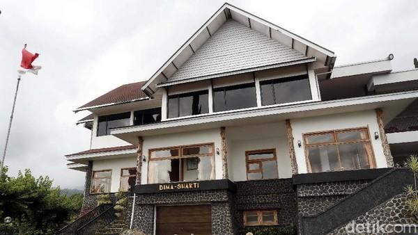 Dekat di pintu masuk, berdiri megah villa Bima Shakti yang diyakini sebagai tempat Soekarno singgah dan beristirahat jika berkunjung ke Malang. Villa yang didominasi cat putih dan hitam ini mempunyai taman di depannya, ada juga air mancur kecil yang menambah asri taman ini.