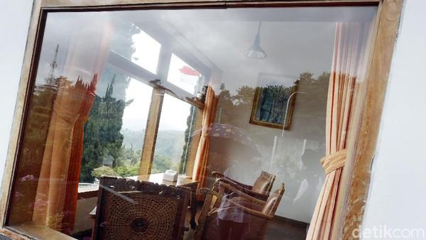 Selain kamar tidur, foto Bung Karno juga ditempatkan di bagian depan kamar yang tampaknya menjadi ruang tengah dengan meja dan kursi yang menghadap panorama malang. Pengelola seperti merawat dengan baik villa dan mempertahankannya seotentik mungkin hingga aroma tua dari perabot jadul ini tercium di mana-mana.