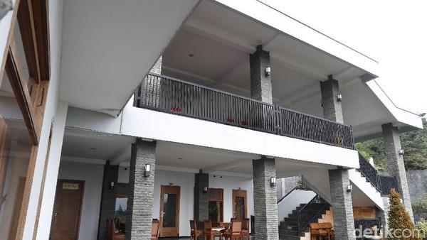 Naik lagi ke lantai atas, tampak serupa, namun kali ini terdapat aula dan ruang rapat. Tidak ada penghuni yang menginap di villa ini. Kendati dari berbagai sumber menyebutkan, villa ini pun disewakan untuk para pengunjung.