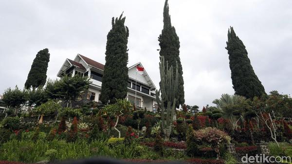 Selecta di Batu sudah familiar bagi para wisatawan yang berkunjung ke Malang. Letaknya yang berada di dataran tinggi serta asri dengan beragam pepohonan dan bunga membuat siapapun betah berlama-lama, tak terkecuali Presiden pertama RI, Sukarno.