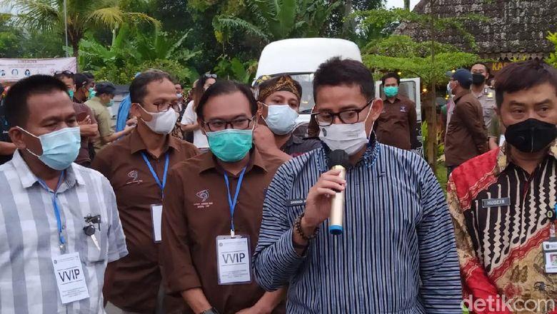 Menprekraf Sandiaga Uno di Desa Wisata Karangrejo, Magelang, Jateng, Jumat (12/3/2021).