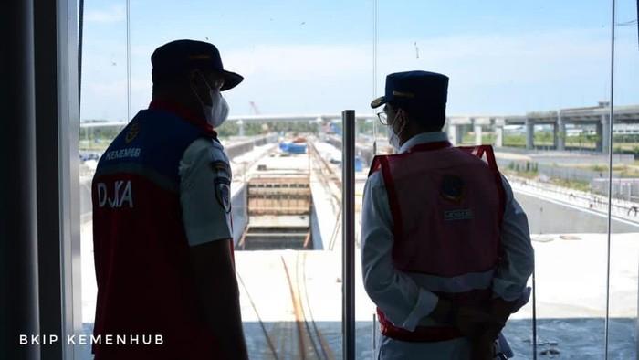 Menteri Perhubungan Budi Karya Sumadi meninjau progres pembangunan KA Bandara Internasional Yogyakarta (Yogyakarta International Airport).
