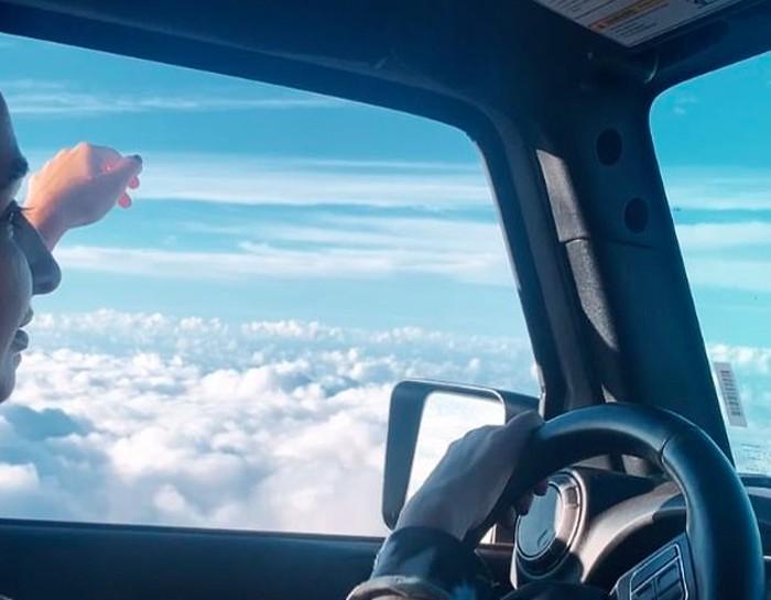 Mobil di atas awan