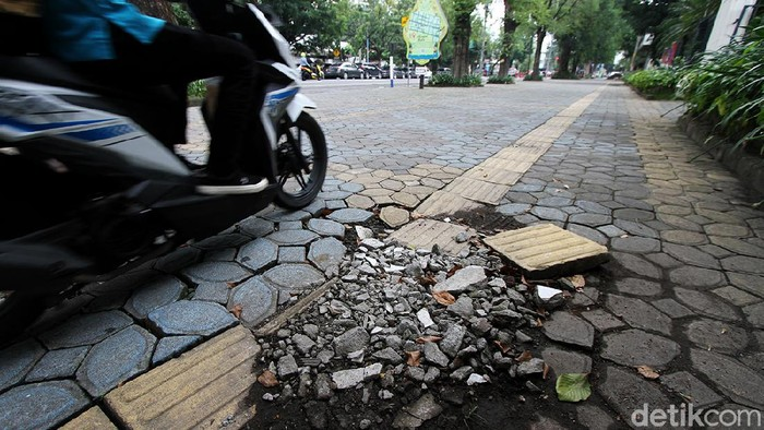 Kondisi guiding block atau jalur khusus tunanetra di sejumlah jalan di Kota Solo tampak memprihatinkan. Jalur khusus itu ada yang rusak hingga menabrak tiang.