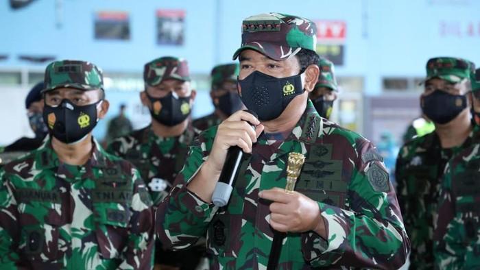 Panglima TNI Marsekal Hadi Tjahjanto tinjau pelaksanaan vaksinasi COVID-19 terhadap prajurit TNI AD, AL, AU di Malang, Jatim