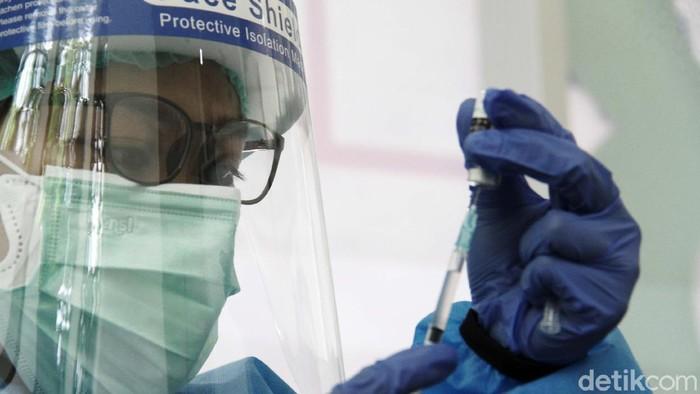 Vaksinasi COVID-19 tahap kedua untuk atlet dilakukan di Rumah Sakit Olahraga Nasional, Cibubur, Jakarta Timur, Jumat (12/3). Vaksinasi untuk atlet dan pelatih ini dilakukan secara bertahap.