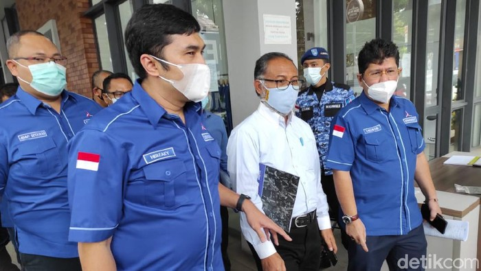 Partai Demokrat menggandeng Bambang Widjojanto (Azhar Bagas Ramadhan/detikcom).
