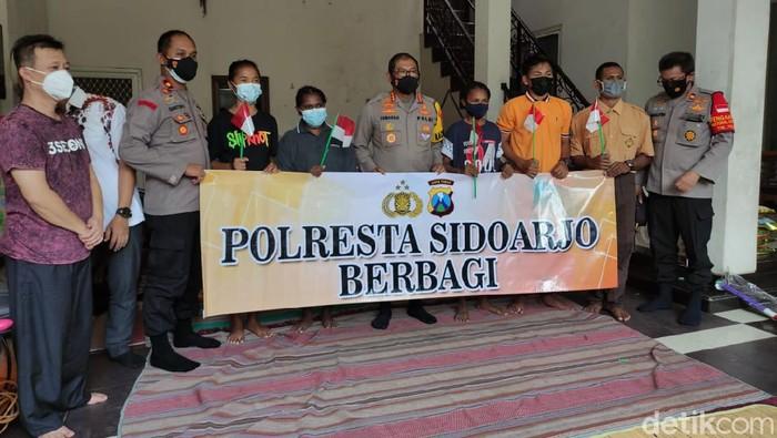Pelajar Papua di Sidoarjo ingin menempuh pendidikan di sekolah negeri. Permintaan itu disampaikan ke Kapolresta Sidoarjo saat mengunjungi mereka.