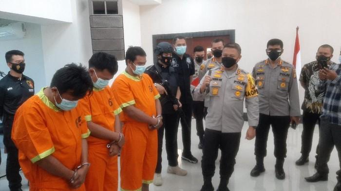 Pelaku teror ke rumah pejabat Kejati Riau dan Sekretaris LAM Riau (Foto: Raja Adil/detikcom)