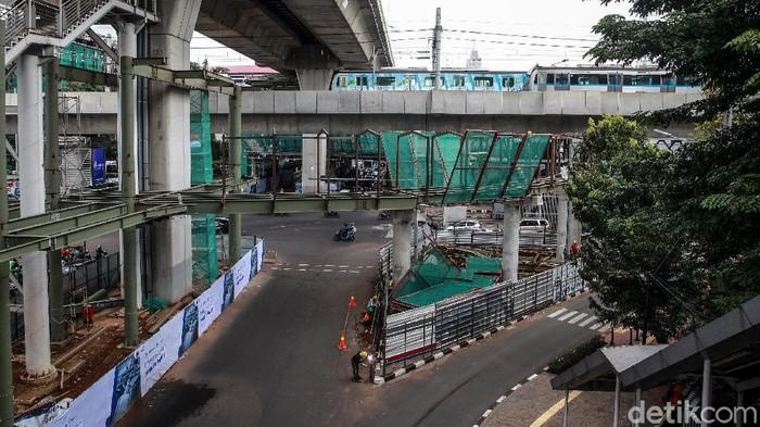 Proyek skybridge untuk integrasi antara Stasiun MRT ASEAN dengan Halte TransJakarta CSW terus dikebut. Begini progresnya.
