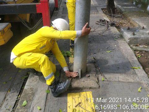 Perbaikan guiding block nabrak tiang di Jl Veteran I oleh Dinas Bina Marga DKI. (Dok Pemprov DKI)