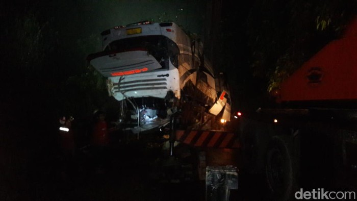 Proses evakuasi bus yang masuk jurang di Sumedang, Jawa Barat. (Foto: M Rizal)
