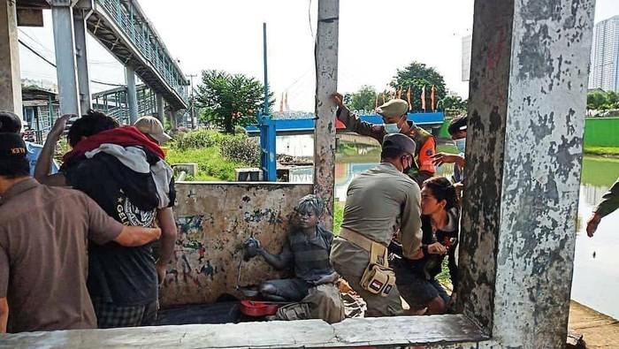 Satpol PP Jakarta Barat menjaring manusia silver di Daan Mogot. Foto dikirim Kasatpol PP Jakbar Tamo Sijabat.