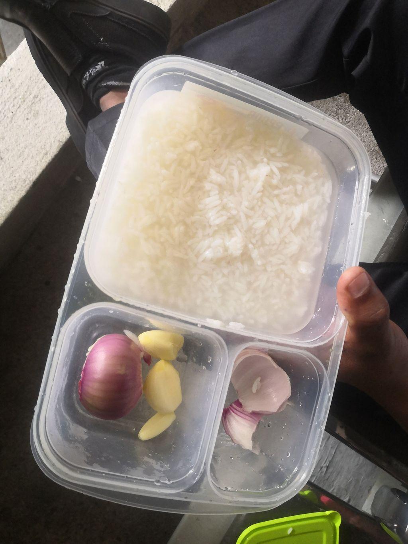 Sedih! Demi Keluarga, Satpam Ini Rela Makan Nasi dengan Bawang Mentah