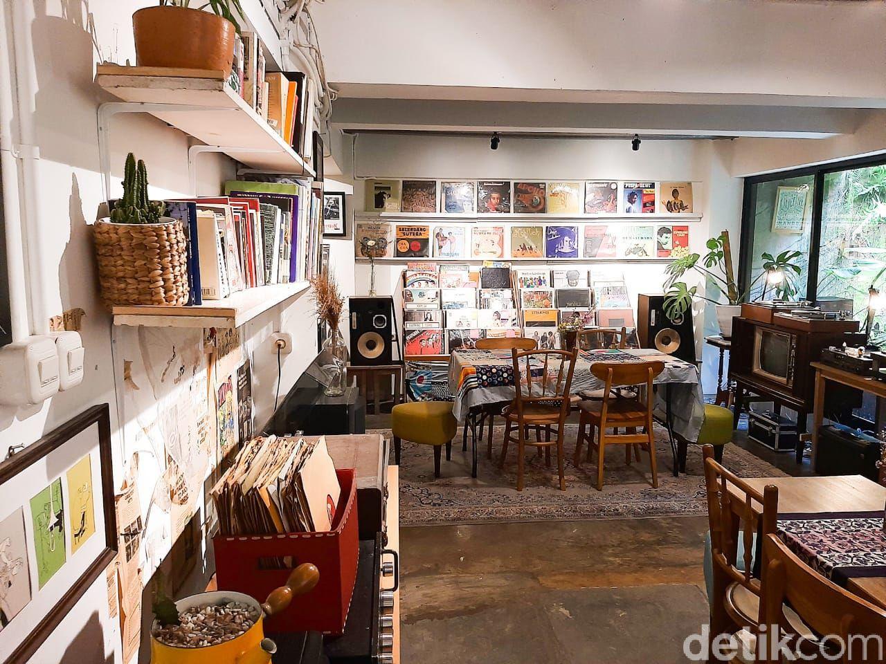 SUBO: Listening Bar Tersembunyi di Kawasan Cipete Utara, Jakarta Selata. Bisa menikmati musik dari piringan hitam (vinyl) dan menyantap coffee mocktail serta makanan homemade lezat.