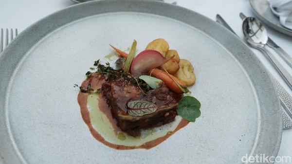 Ada beberapa hidangan yang disediakan Executive Chef The Trans Resort Bali, Chef Amaury Belkhanfar. Salah satu menu andalannya yaitu La Sourie DAgneau, daging kambing yang dipadukan dengan sayuran dan kentang panggang serta saus khas Prancis.