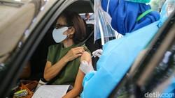 Pemerataan vaksin COVID-19 terus dikebut pelaksanaannya. Di Tangerang, warga bisa lho melakukan vaksin secara drive thru.