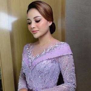 Kecantikan 7 Artis indonesia Pakai Kebaya saat Lamaran, Aurel Manglingi