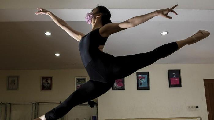 Sejumlah balerina dengan mengenakan masker berlatih balet di studio Namarina Youth Dance (NYD), Jakarta, Sabtu (13/3/2021). Latihan balet secara tatap muka saat masa pandemi COVID-19 tersebut berlangsung dengan menerapkan protokol kesehatan yang ketat. ANTARA FOTO/M Risyal Hidayat/foc.