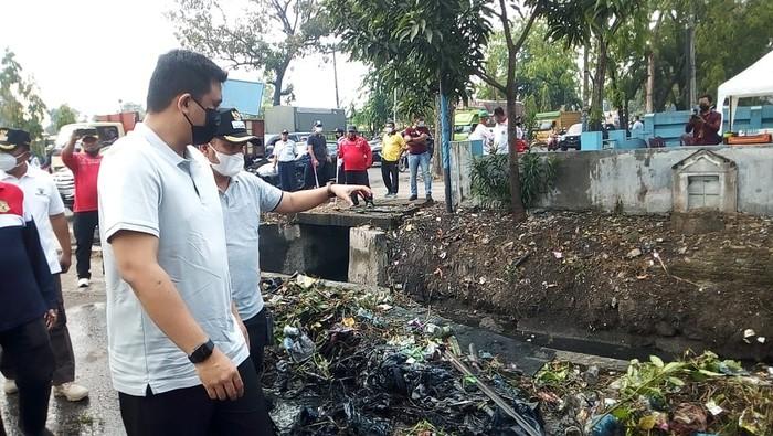 Bobby Nasution memimpin normalisasi parit di Medan demi mencegah banjir