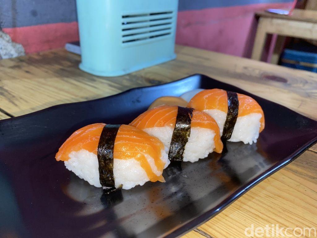 Di Depok Bisa Cicip Sushi Kaki Lima Enak, Harganya Mulai dari Rp 15 Ribu!