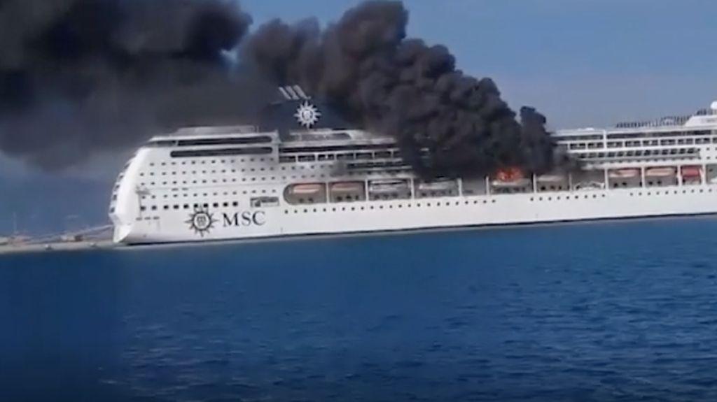 Kapal Pesiar Mewah Terbakar Saat Berlabuh di Yunani
