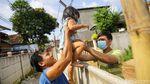 Keluarga Ini Terpaksa Panjat Tembok 2 Meter Imbas Sengketa Lahan