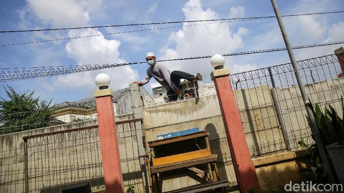 Sebuah video viral menampilkan penutupan akses rumah warga di Ciledug, Tangerang. Penghuni rumah tersebut terpaksa harus memanjat pagar.