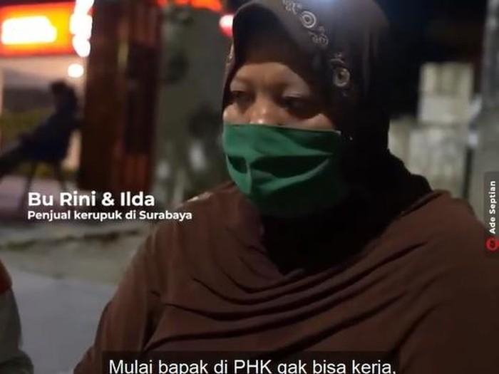 kisah ibu penjual kerupuk di surabaya yang harus banting tulang karena suaminya di-phk dan untuk biaya pengobatan sang anak.