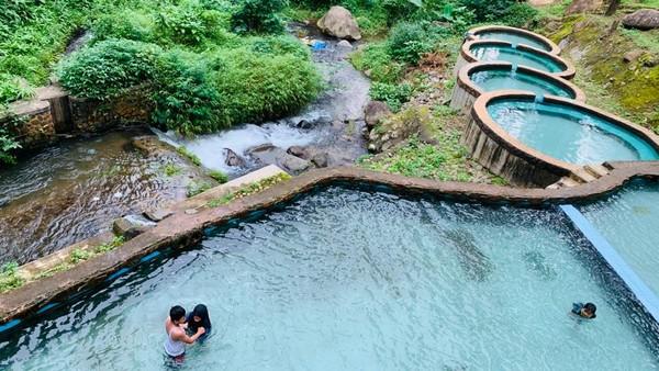 Airnya yang jernih dimanfaatkan menjadi kolam renang yang sejuk dan dilengkapi berbagai wahana yang mengasyikkan. Tarif masuknya pun terjangkau, cuma Rp 15 ribu. (dok. Disparbud Jabar)