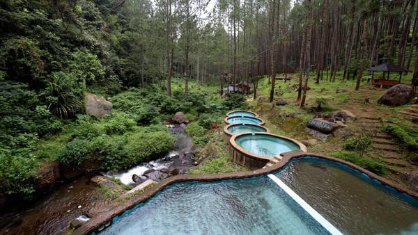 Aliran Sungai Ciherang menjadi daya pikat wisata di Desa Cijambu, Kecamatan Tanjungsari, Sumedang. View-nya sangat instagramable. Kolam-kolamnya berbentuk bulat dan dibangun bersusun. (dok. Disparbud Jabar)