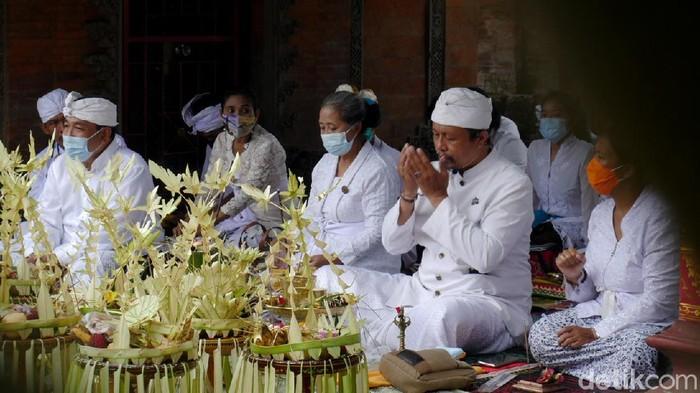 Puncak Tawur Agung Kesanga yang merupakan proses persembahyangan menjelang perayaan Nyepi digelar di Pura Agung Wira Loka Natha, Cimahi.