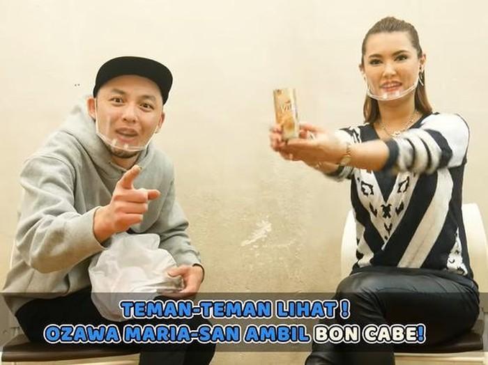 Miyabi dikasih hadiah makanan Indonesia, ada kopi toraja dan bubuk cabe